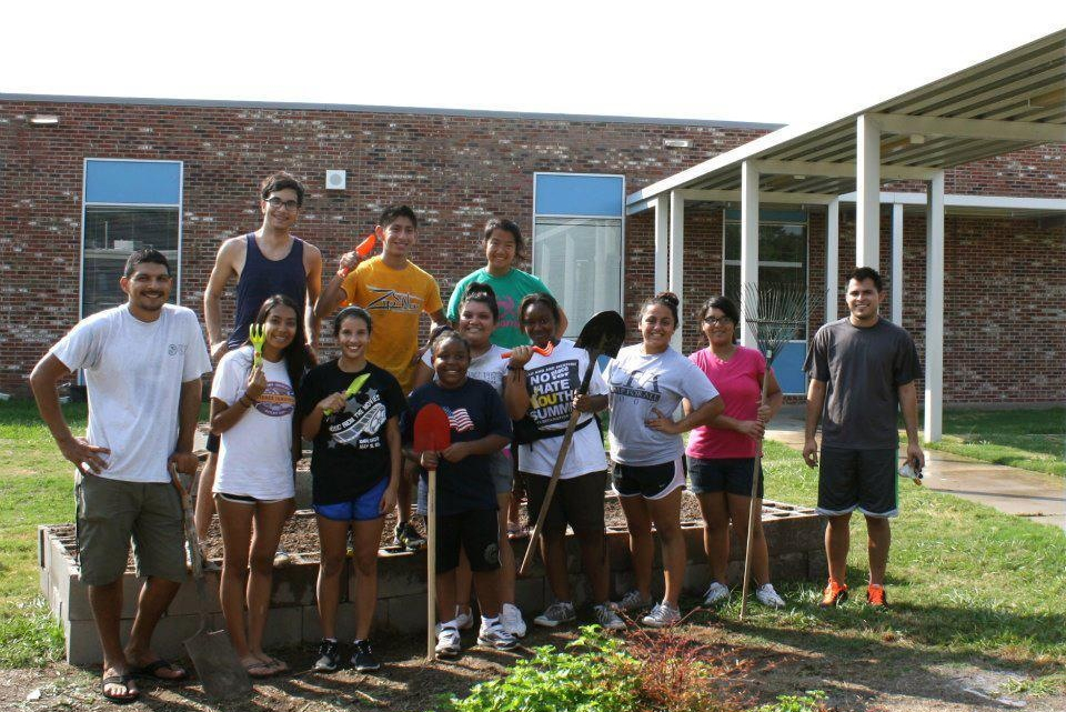 hispanic student volunteers